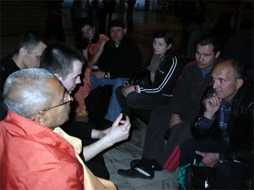People often gathered to listen for Sripad Bhagavat Maharaj's