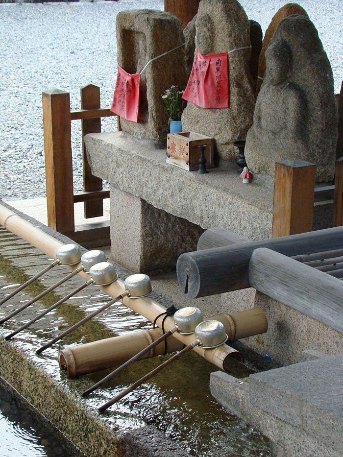 14 Holy-Spring-at-Sanjusangendo-Temple-in-Kyoto-used-to-purify-worshipers-before-entering-temple-premices