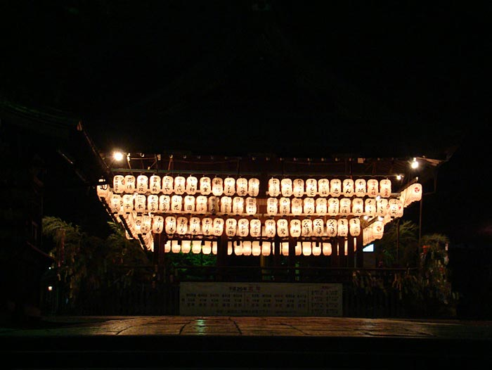 15 Lanterns-a-lit-during-nigh-time-at-the-Temple